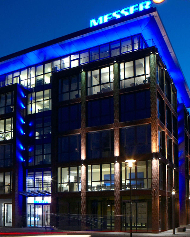 Nachtansicht der Messergroup Bad Soden, Architektur Eberhard Horn Designgruppe