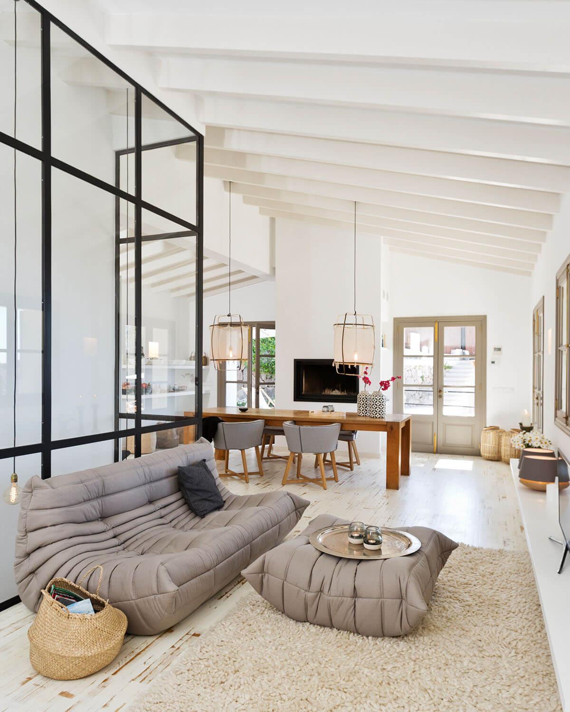 Wohnbereich mit moderner, mediterraner Einrichtung mit industrial Charme hochkant