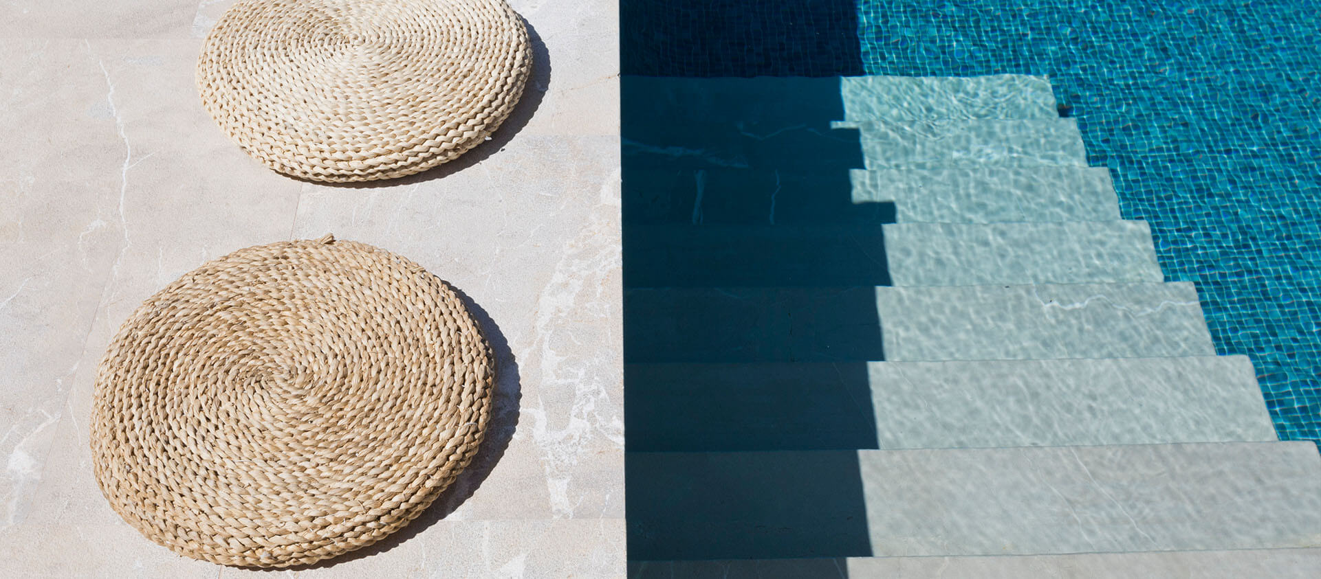 Detail Pool modern mit Sitzkissen hochkant