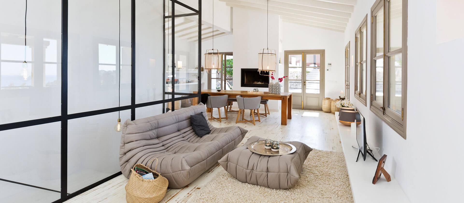 Wohnbereich mit moderner, mediterraner Einrichtung mit industrial Charme