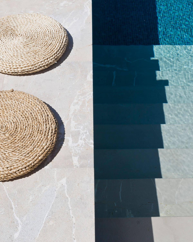 Detail Pool modern mit Sitzkissen