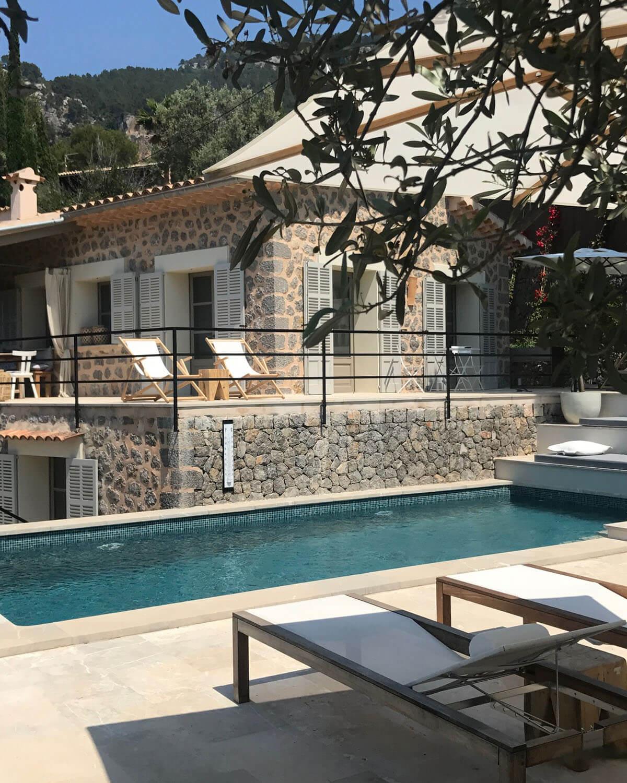 Blick vom Pool auf das umgebaute und revitalisierte Ferienhaus by Eberhard Horn Designgruppe
