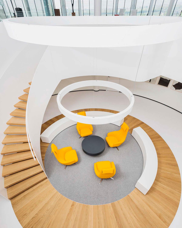 Bürogebäude geplant von Florian + Eberhard Horn, Eingangs- und Wartebereich modern
