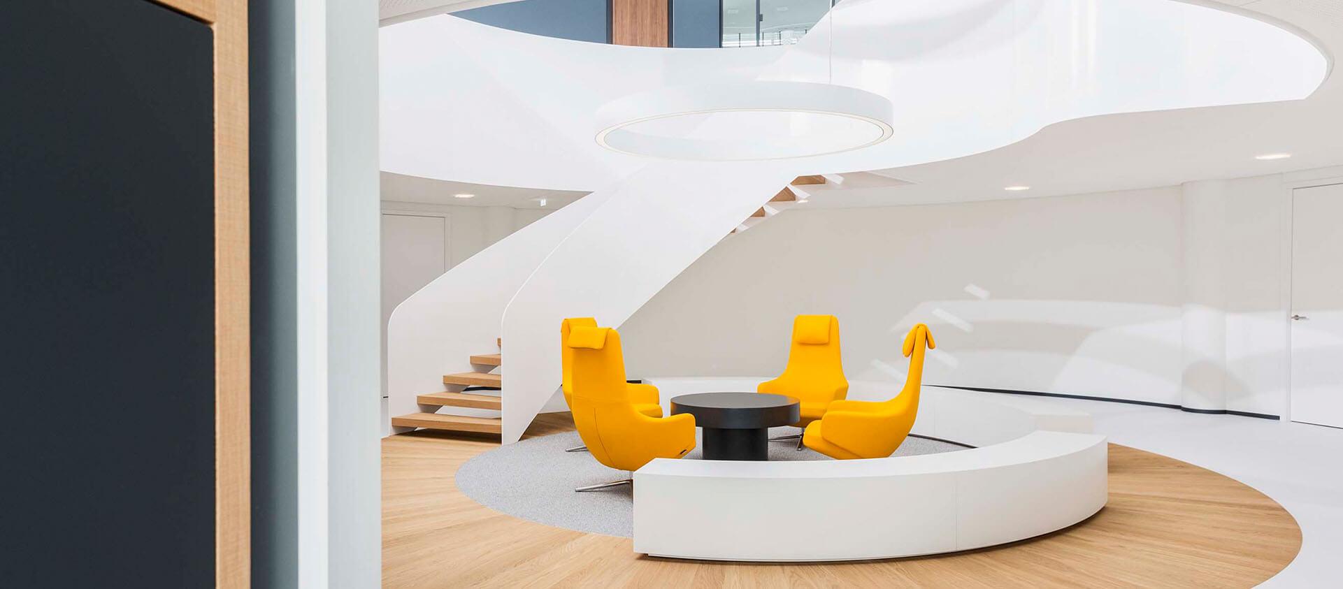 Bürogebäude geplant von Florian + Eberhard Horn, Eingangs- und Wartebereich im Gebäude