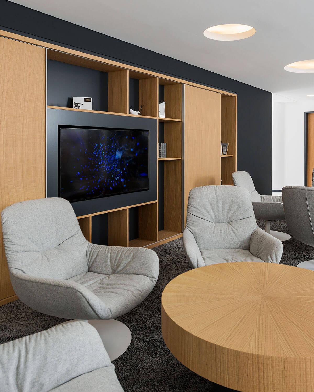 Bürogebäude geplant von Florian + Eberhard Horn, Gemeinschaftsraum Mitarbeiter, Warteberreich Kunden
