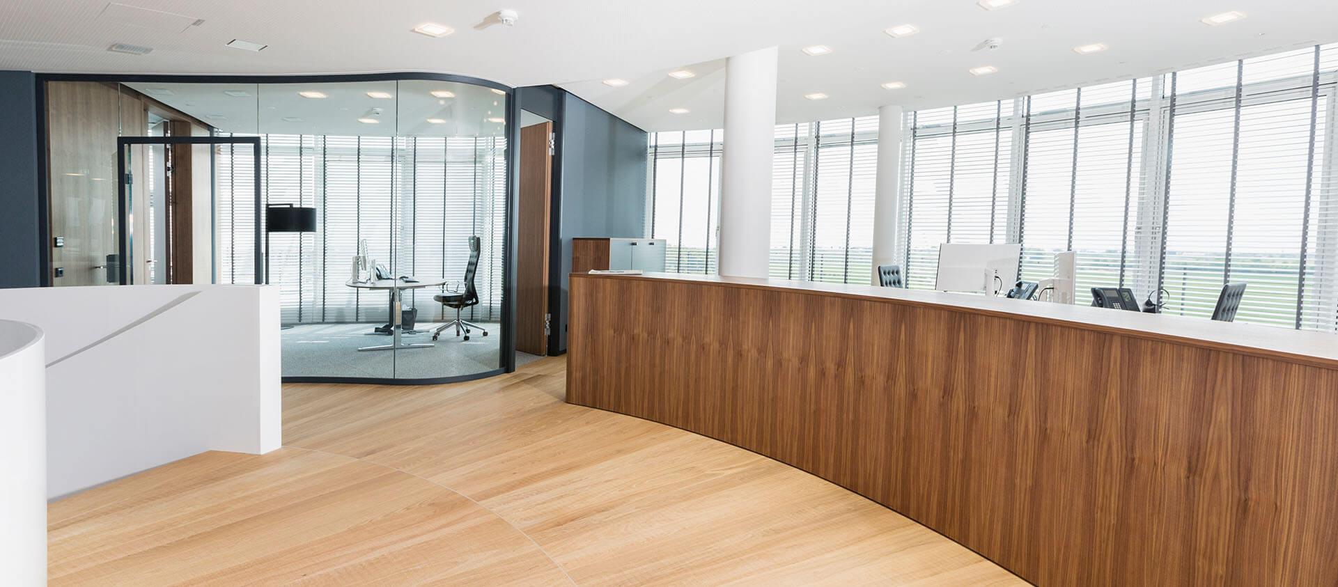 Bürogebäude geplant von Florian + Eberhard Horn, Empfang mit Blick auf Office