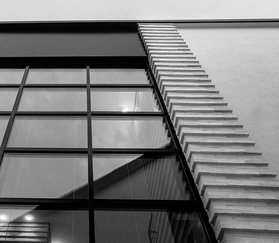 Detailbild Fassade des Bürogebäudes der Eberhard Horn Designgruppe in Königstein im Taunus