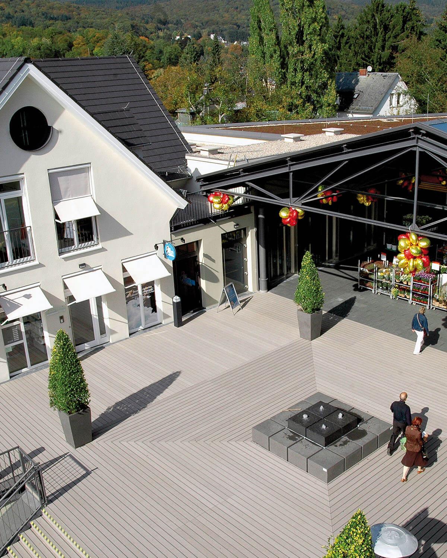 Blick auf Vorplatz des Einkaufzentrums Stadtgalerie Königstein im Taunus