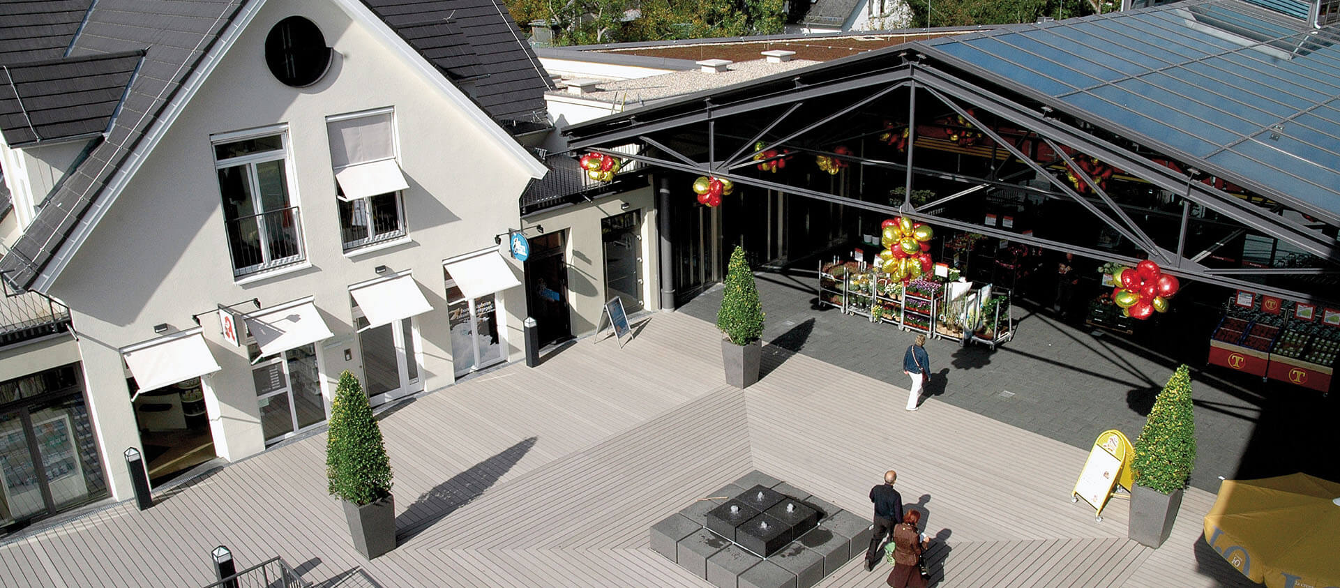 Blick auf Vorplatz mit Dielen und Brunnen, Einkaufzentrums Stadtgalerie Königstein im Taunus